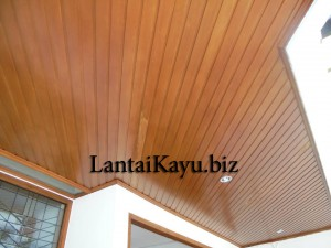 pemasangan plafon kayu di halaman depan
