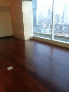 pasang lantai kayu merbau di hotel indonesia
