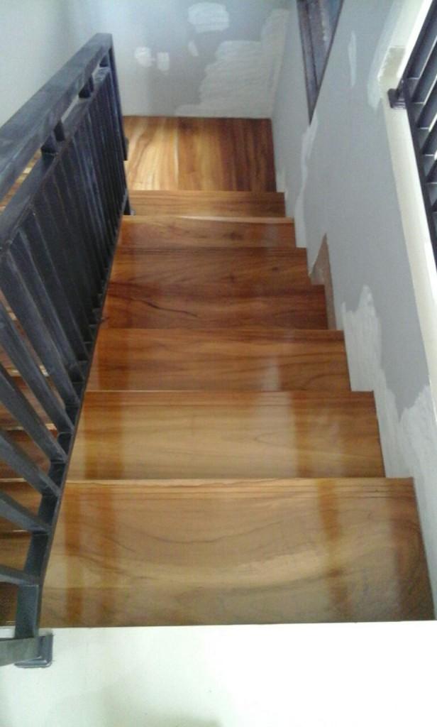 Papan kayu pada tangga