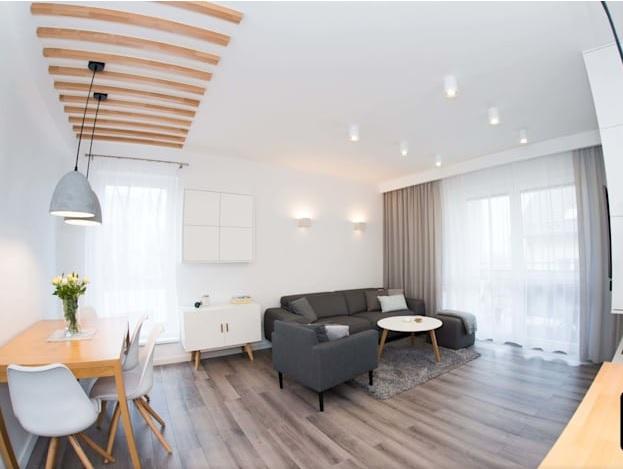 aplikasi lantai kayu di ruang keluarga