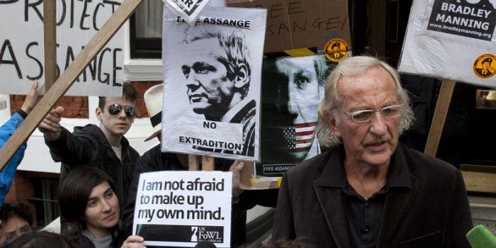 Sono tempi oscuri, in cui la propaganda dell'inganno tocca tutte le nostre vite. John Pilger