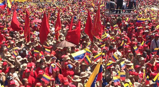 Venezuela, il popolo scende in piazza a sostegno di Maduro e contro il golpe. Le immagini censurate in Italia