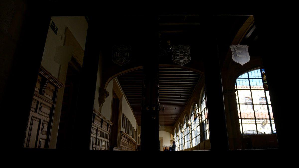 El Palacio de los Guzmanes ha vivido estos años su época más convulsa, con decenas de procesos judiciales que aún colean en los tribunales. | MAURICIO PEÑA