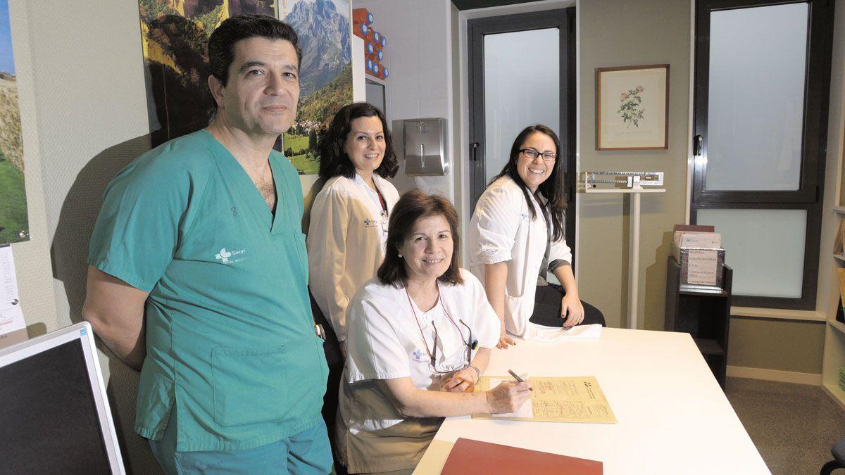 El equipo de la unidad de inflamación intestinal, con Fernando Muñoz entre ellos. | MAURICIO PEÑA