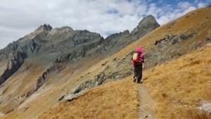 escursionista con Uja di Ciamarella sullo sfondo