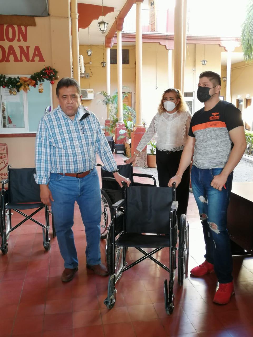 José Luis Cruz entrega sillas de ruedas a personas con discapacidad