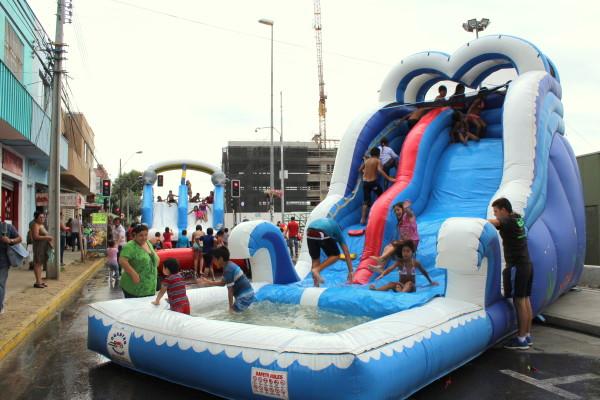 Ninos De Villa Alemana Disfrutan De Juegos Inflables Y Acuaticos En