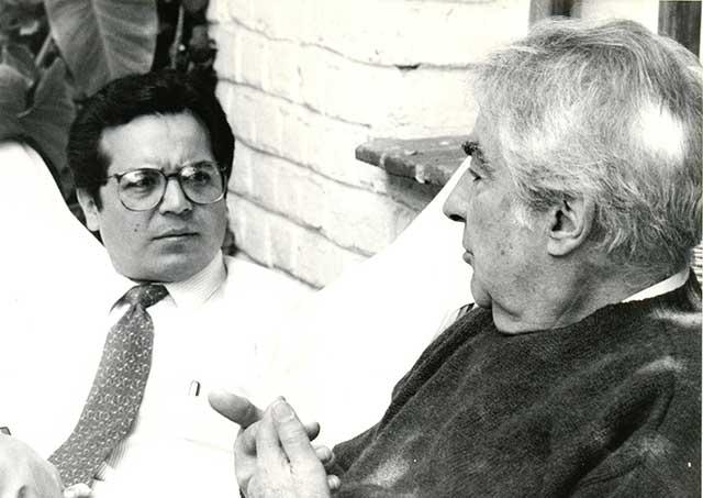José Angel Leyva con el escritor colombiano Alvaro Mutis en su casa de la ciudad de México, 1993