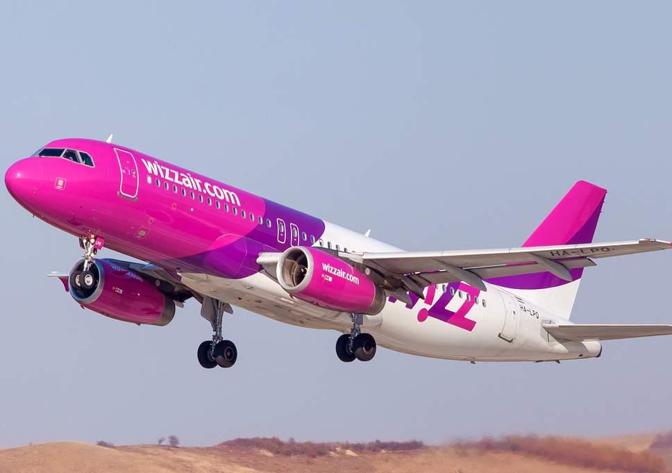 Hombre intenta abrir puerta de avión en pleno vuelo
