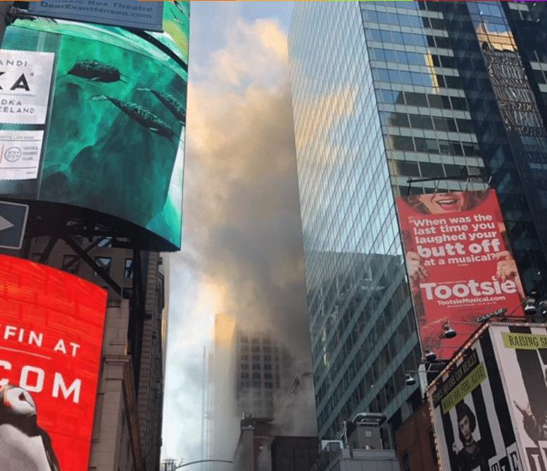 Estados Unidos: Bomberos combaten un incendio en un edificio de Times Square