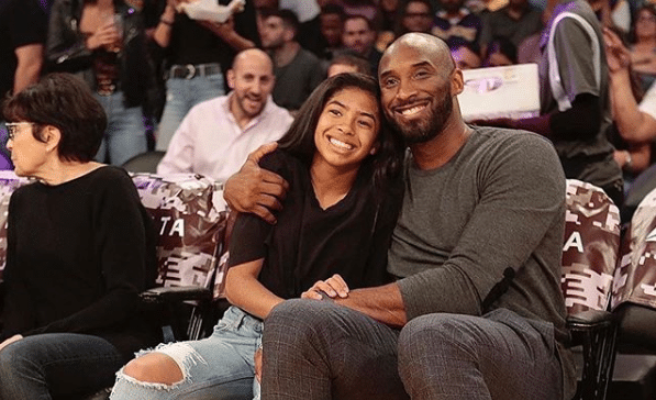 Limpian los memoriales en honor a Kobe Bryant en el Staples Center