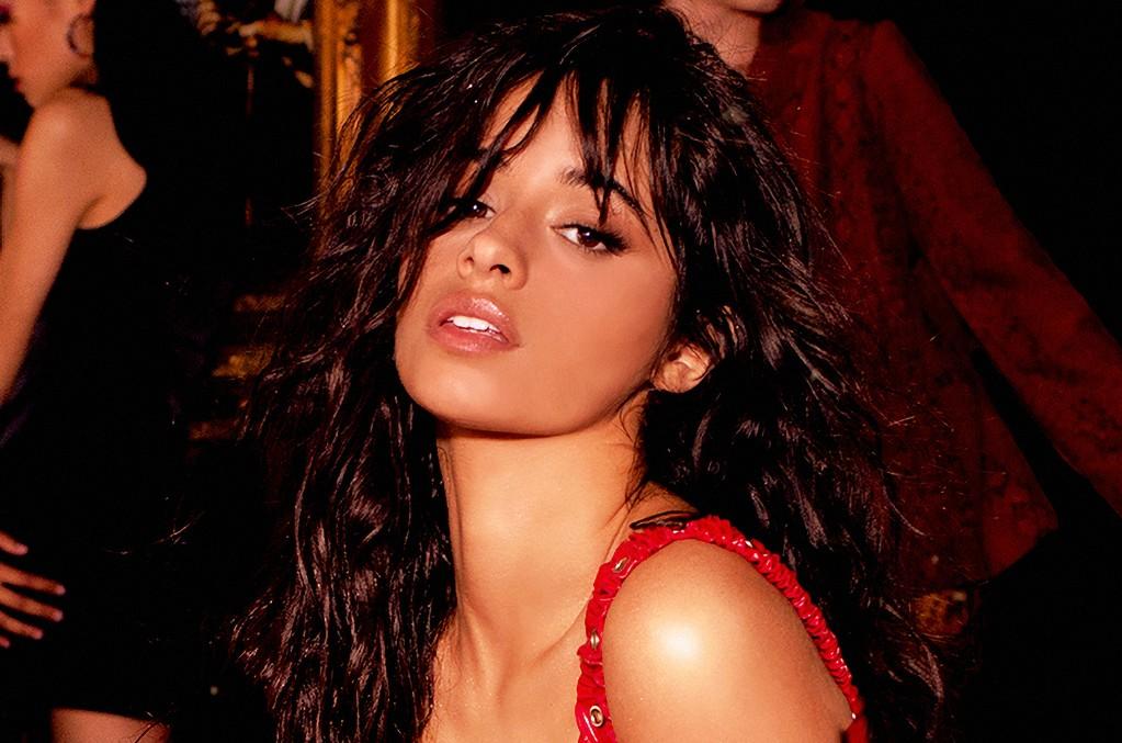 Insólito: Camila Cabello enseña a barrer mientras baila con un ajustado pantalón