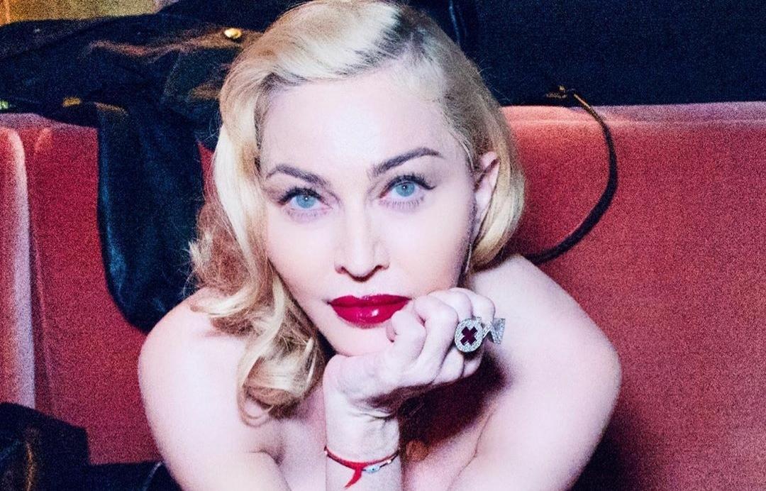 Madonna sorprende al posar semidesnuda a sus 61 años