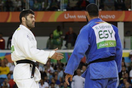 El egipcio Islam El Shehaby, azul, se niega a estrechar la mano del israelí Or Sasson después de perder su duelo en las competencias en los 100 kilogramos del judo en los Juegos Olímpicos de Río de Janeiro, Brasil, el viernes 12 de agosto de 2016. (AP Foto/Markus Schreiber)