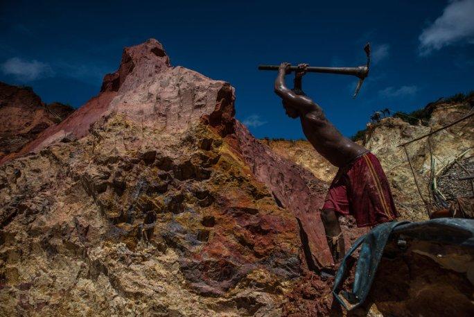 Carlos Freydel dice que le ha dado malaria en 60 oportunidades durante los nueve años que lleva trabajando en las minas ilegales de oro. Credit Meridith Kohut para The New York Times