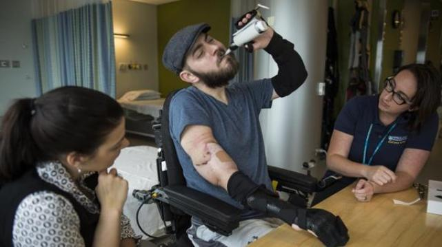 El brazo derecho fue unido sobre el codo, y el izquierdo abajo de la articulación, cortando uno de sus antiguos tatuajes (Washington Post)
