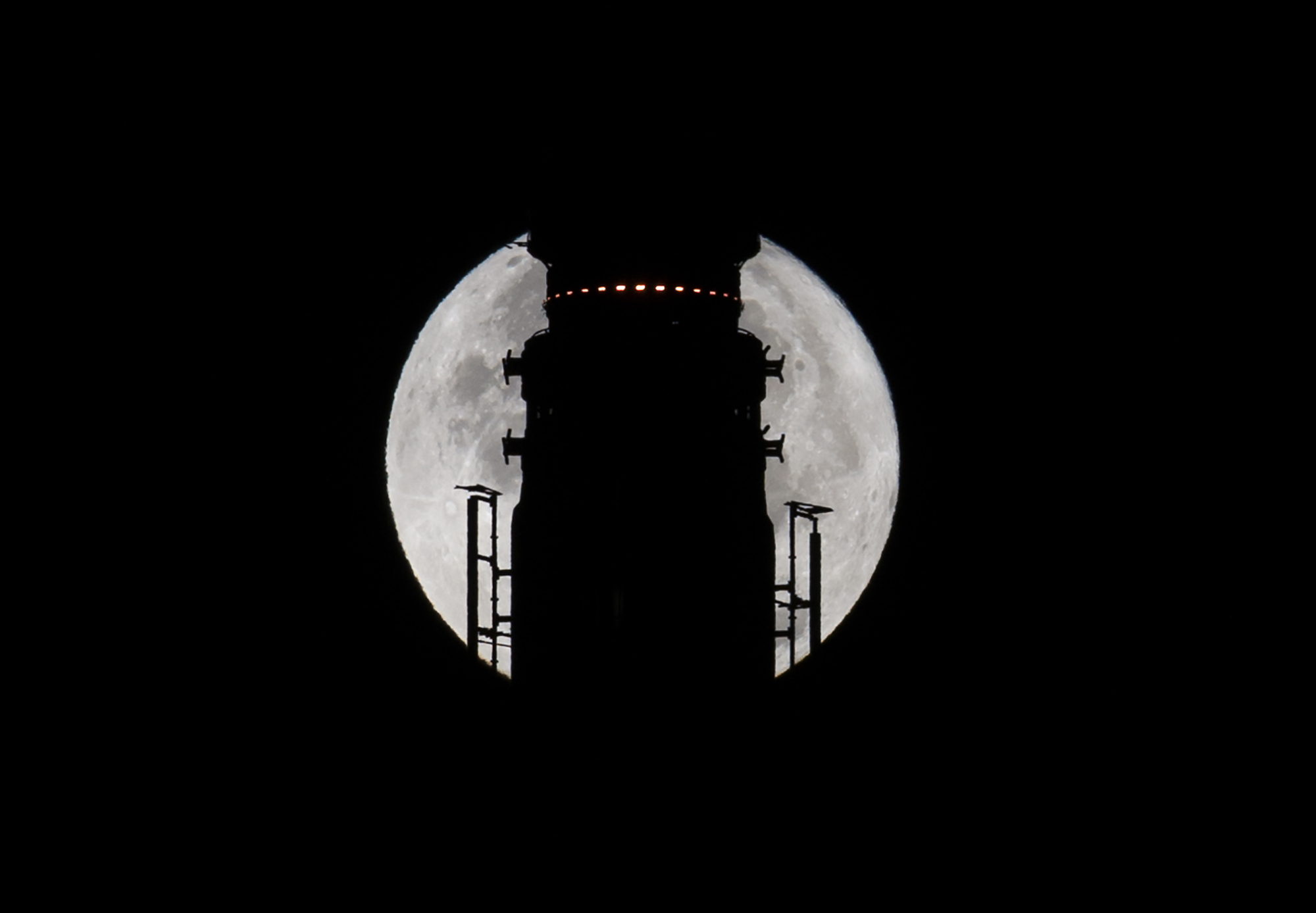 "The Supermoon goes down behind the spire of the Empire State Building the morning of November 14, 2016 in New York. Skygazers took to high-rise buildings, observatories and beaches Monday to get a glimpse of the closest ""supermoon"" to Earth in almost seven decades, and snap dramatic pictures. The phenomenon happens when the moon is full at the same time as, or very near, perigee -- its closest point to Earth on an elliptical, monthly orbit. / AFP PHOTO / DON EMMERT"