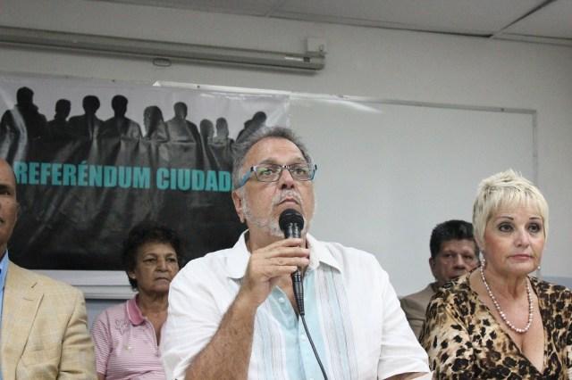 El profesor Víctor Márquez leyó la proclama / lapatilla.com