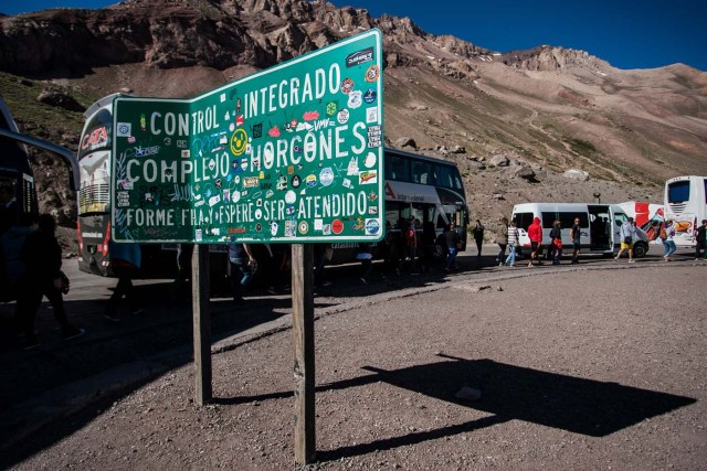 Argentine tourists wait at the custom in the border between Chile and Argentine at the place known as Horcones, on November 28, 2016. Inhabitants of Argentine border provinces go shopping in Santiago, Chile, where prices are about 50 percent less than in Argentine. / AFP PHOTO / CHRISTIAN MIRANDA