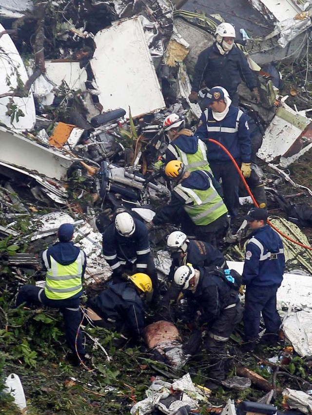 ATTENTION EDITORS - VISUAL COVERAGE OF SCENES OF INJURY OR DEATHRescue crew work in the wreckage from a plane that crashed into Colombian jungle with Brazilian soccer team Chapecoense, near Medellin, Colombia, November 29, 2016. REUTERS/Fredy Builes TEMPLATE OUT