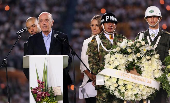 BOG10. MEDELLÍN (COLOMBIA), 30/11/2016.- El ministro de relaciones exteriores de Brasil, José Serra (i), agradece al pueblo de Colombia durante el homenaje al equipo de fútbol Chapecoense hoy, miércoles 30 de noviembre de 2016, en Medellín (Colombia). Miles de personas abarrotaron esta noche el estadio Atanasio Girardot de Medellín para rendir un homenaje póstumo al equipo de fútbol brasileño Chapecoense, la mayoría de cuya plantilla pereció en el accidente aéreo del pasado lunes cuando se dirigían a esta ciudad del noroeste de Colombia. EFE/MAURICIO DUEÑAS CASTAÑEDA