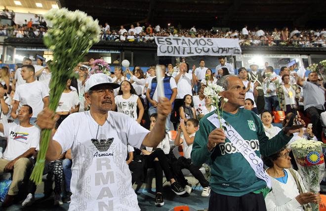 BOG10. MEDELLÍN (COLOMBIA), 30/11/2016.- Asistentes hacen un minuto de silencio durante homenaje al equipo de fútbol Chapecoense hoy, miércoles 30 de noviembre de 2016, en Medellín (Colombia). Miles de personas abarrotaron esta noche el estadio Atanasio Girardot de Medellín para rendir un homenaje póstumo al equipo de fútbol brasileño Chapecoense, la mayoría de cuya plantilla pereció en el accidente aéreo del pasado lunes cuando se dirigían a esta ciudad del noroeste de Colombia. EFE/MAURICIO DUEÑAS CASTAÑEDA