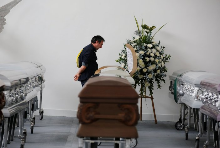 A relative looks into the coffin of Nilson Folle Junior, one of the soccer team's managers and who died along with others in an accident of the plane that crashed into the Colombian jungle with the Brazilian soccer team onboard, in Medellin, Colombia December 1, 2016. REUTERS/Jaime Saldarriaga