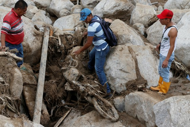 ombres tratan de recuperar una motocicleta en una calle destruida después de las inundaciones y los deslizamientos de tierra causados por las fuertes lluvias en Mocoa (REUTERS/Jaime Saldarriaga)