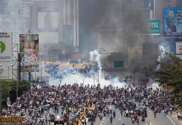 Riot police and demonstrators clash during a rally against Venezuela's President Nicolas Maduro's government in Caracas, Venezuela April 10, 2017. REUTERS/Christian Veron