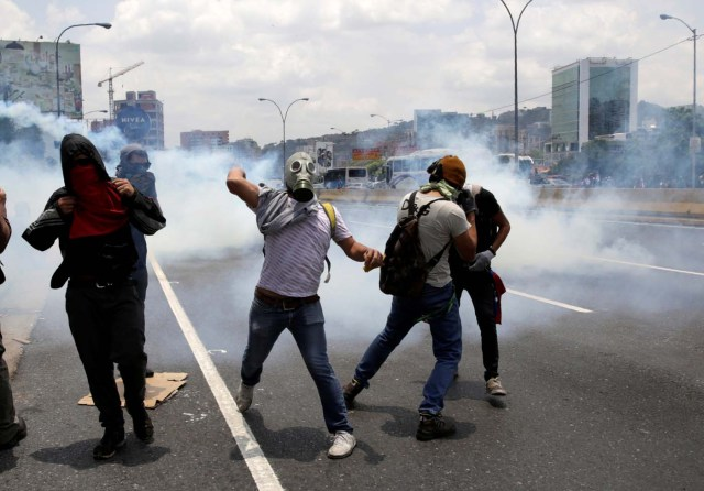 Demonstrators clash with riot police during a rally against Venezuela's President Nicolas Maduro's government in Caracas, Venezuela April 10, 2017. REUTERS/Carlos Garcia Rawlins