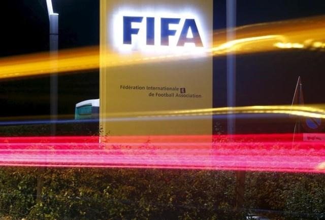 El logo de la FIFA afuera de su sede en Zúrich, oct 7, 2015. El jefe investigador de ética y un juez de ética de la FIFA fueron reemplazados por el consejo del organismo que regula el fútbol mundial, dijo el martes una fuente de la entidad. REUTERS/Arnd Wiegmann