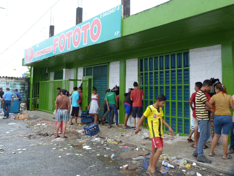 CAR13. BARINAS (VENEZUELA), 24/05/2017 - Fotografía del 23 de mayo del 2017, donde se observa un grupo de personas frente a locales comerciales que fueron saqueados en la ciudad de Barinas (Venezuela). Al menos tres muertos, ocho heridos y varios comercios saqueados dejaron las protestas que degeneraron en violencia en Barinas, el estado natal del fallecido presidente venezolano Hugo Chávez, en el oeste del país, informaron autoridades y dirigentes de la oposición. EFE/ALFONSO ÁLVAREZ