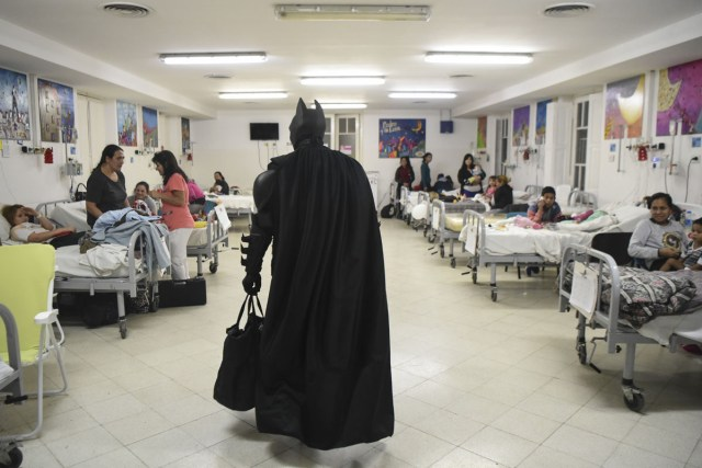Argentine Batman cheers up hospitalized children at the 'Sor Maria Ludovica' children's Hospital in La Plata, 60 kilometres south of Buenos Aires, on June 2, 2017.  The Argentine Batman has made La Plata children's hospital a target of laughter and treats against pain. / AFP PHOTO / Eitan ABRAMOVICH / TO GO WITH AFP STORY BY PAULA BUSTAMANTE MORE PICTURES IN AFPFORUM