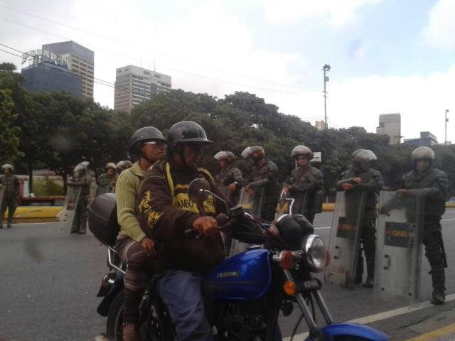 GNB cierra la autopista Francisco Fajardo