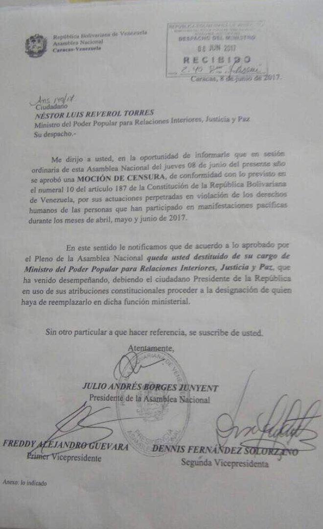 La notificación de moción de censura que fue entregada a Reverol. Foto: Stalin González