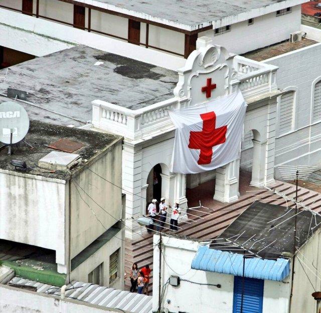 """La Cruz Roja despleg{o mega bandera """"para que la vieran"""" los cuerpos de seguridad en La Candelaria. Foto: @AereoMeteo"""