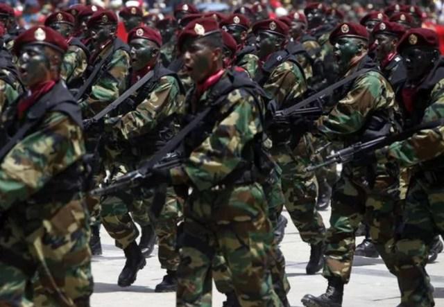 Soldados del Ejército Nacional, en uno de los tantos desfiles que organiza el gobierno (EFE)