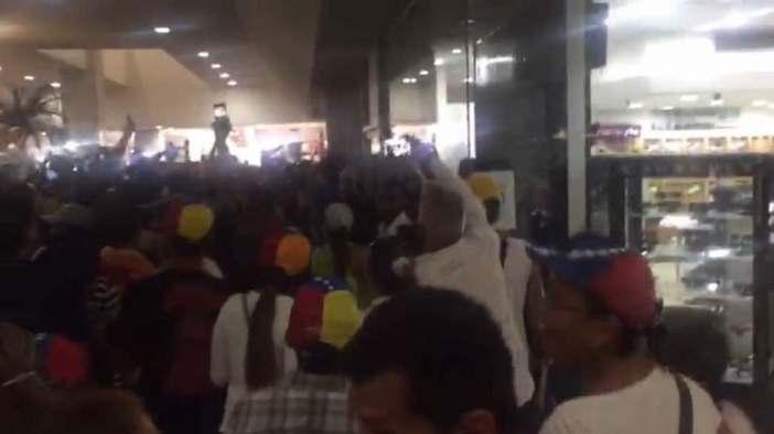 Gente resguardándose en el CCCT tras represión de este #19Jun / Foto: Cortesía