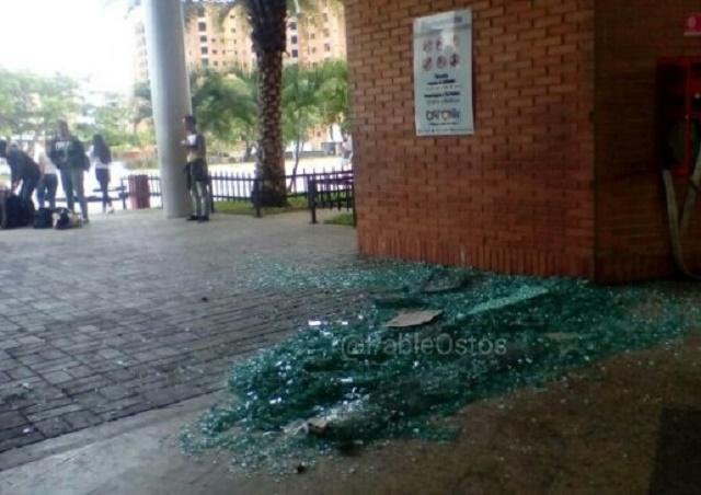 Puertas de vidrio rotas del Orinokia Mall en Puerto Ordaz, estado Bolívar / Foto @PableOstos
