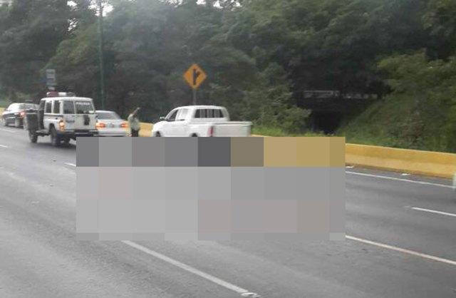 El cuerpo sin vida fue localizado en la autopista Francisco Fajardo de Caracas sentido Oeste. Foto: Román Camacho
