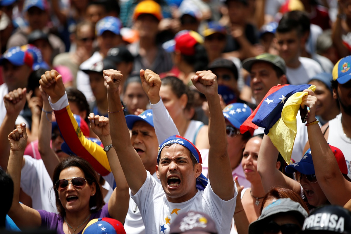 Opposition supporters shout slogans as they attend a rally against Venezuelan President Maduro's government in Caracas, Venezuela July 9, 2017. REUTERS/Andres Martinez Casares