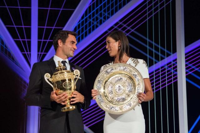 VTM004 LONDRES (REINO UNIDO), 17/07/2017.- Fotogafía cedida por el All England Lawn Tennis Cub (AELTC), con fecha del 16 de julio del 2017, y publicada hoy, 17 de julio del 2017, que muestra al tenista suizo Roger Federer (i) y a la tenista española Garbiñe Muguruza mientras posan con sus trofeos de Wimbleon en Londres (Reino Unido). EFE/AELTC / ROBERT MARTIN/SÓLO USO EDITORIAL/PROHIBIDO SU USO COMERCIAL
