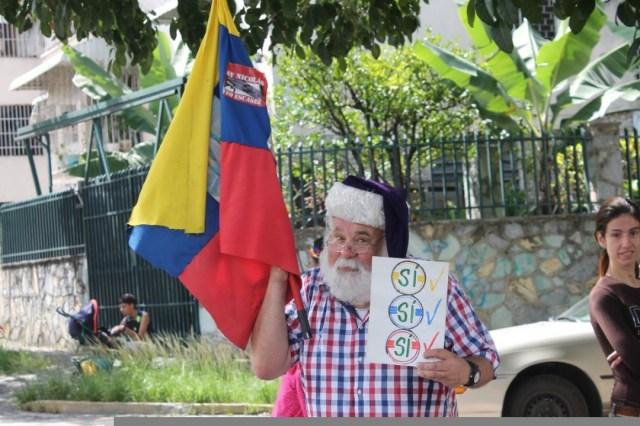Este personaje da la bienvenida a quienes asisten a la consulta popular en El Marqués / Foto: @Edgarcardenasp