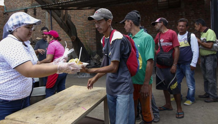 "Venezuelans get food at the Casa de Paso Divina Providencia refuge in Cucuta, Colombia on July 31, 2017. The United States, Mexico, Colombia, Peru and other nations said they did not recognize the results of the election Sunday of a new ""Constituent Assembly"" superseding Venezuela's legislative body, the opposition-controlled National Assembly. / AFP PHOTO / SCHNEYDER MENDOZA"