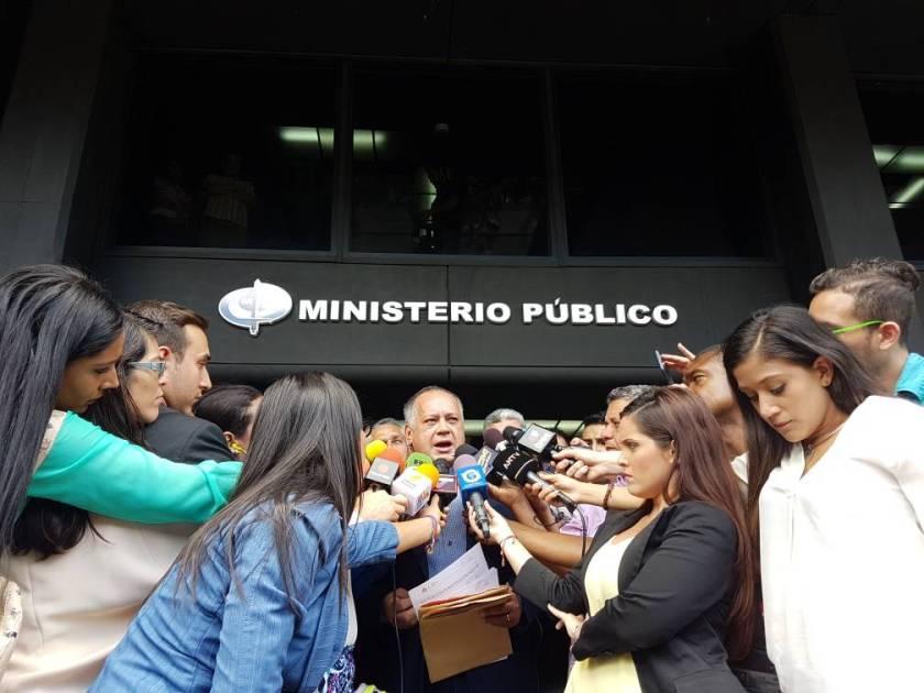 Diosdado Cabello ofrece rueda de prensa a las afueras de la Fiscalía. Foto @VTVcanal8