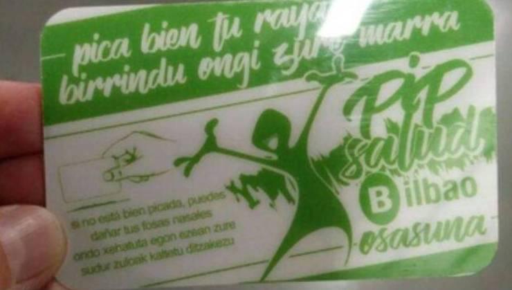 Tarjeta que reciben en Bilbao los consumidores de droga para picar la cocaína o el 'speed'