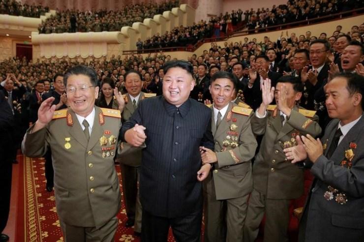 """Una agencia estatal de Corea del Norte amenazó el jueves con usar armas nucleares para """"hundir"""" Japón y reducir a Estados Unidos a """"cenizas y oscuridad"""" por apoyar una resolución del Consejo de Seguridad de la ONU y las sanciones tras la última prueba nuclear norcoreana. En la imagen, el líder norcoreano Kim Jong Un durante una celebración con los científicos e ingenieros que contribuyeron al ensayo con una bomba de hidrógeno, en una fotografía de archivo difundida por la agencia de noticias norcoreana KCNA en Pyongyang, el 10 de septiembre de 2017. KCNA via REUTERS"""