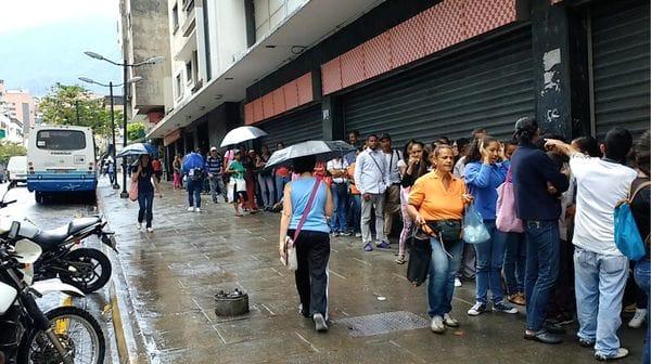 Larga fila en el Supermercado Luz del Chacao para comprar alguna alimento básico a precio regulado