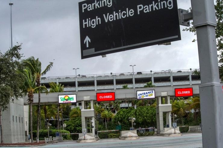 MIA01. MIAMI (FL,EE.UU), 09/09/17.- Vista de la entrada de los parqueaderos del Aeropuerto Internacional de Miami donde se anuncia su cierre hoy, sábado 9 de septiembre de 2017, por la llegada del huracán Irma en Miami, Florida (Estados Unidos). La ciudad costera de Miami escapará muy probablemente al embate del ojo del huracán Irma, que descargará su furia el domingo en los Cayos de Florida, en el extremo sur del estado, para enfilar luego hacia la costa suroeste del estado, informó hoy el Centro Nacional de Huracanes (CNH) de EE.UU. EFE/Giorgio Viera