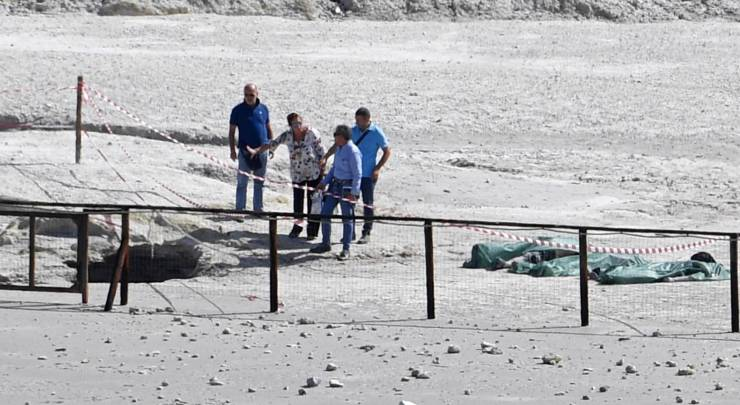 Los cuerpos de los tres fallecidos en el cráter volcánico Solfatara en Pozzuoli (Italia), este martes. CIRO FUSCO EFE